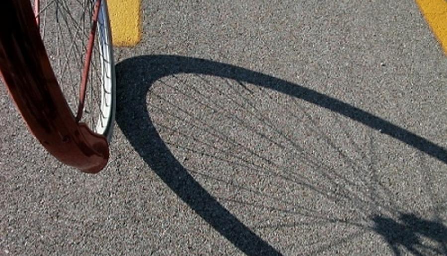 ruota di bicicletta su strada (foto: Mario Fletzer)